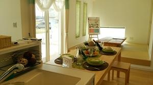 フレスコの分譲住宅 キッチンから和室をのぞむ