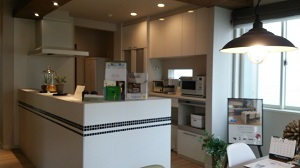 新昭和のモデルハウス タイル張りのキッチン