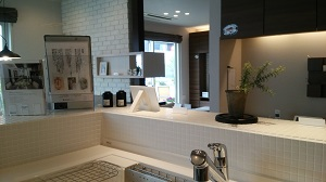 新昭和のモデルハウス キッチンからリビングをのぞむ